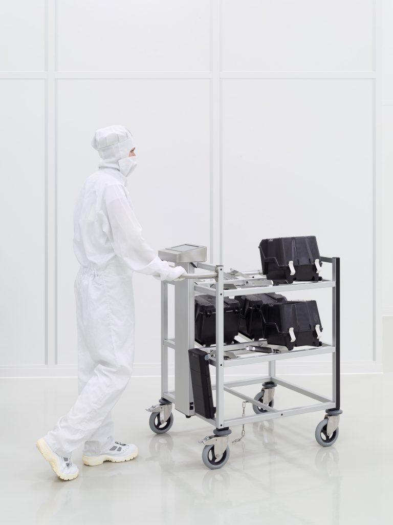 RFID Trolley mit Operator im Reinraum