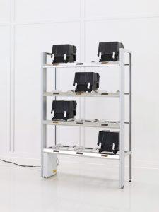 RFID-Regal für die Halbleiterindustrie zur Lagerung von Transportkisten.