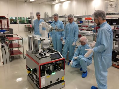 Besuch im Reinraum mit Roboter