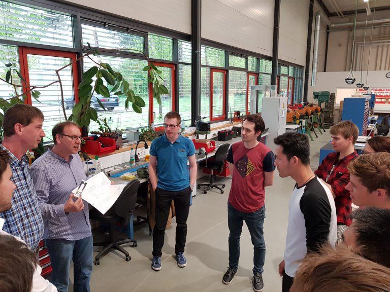 Martin Bachlechner erklärt Fabmatics Produktionsprozesse in Werkshalle