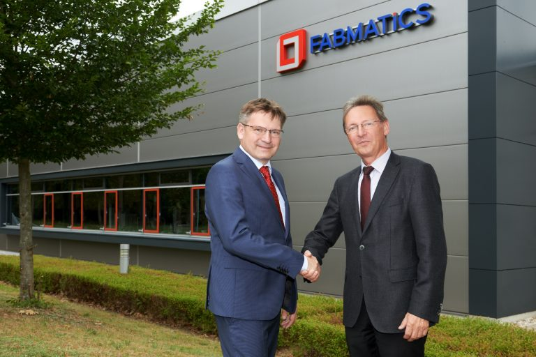 Dr. Pollack shakes hands with Dr. Giesen in front of Fabmatics GmbH