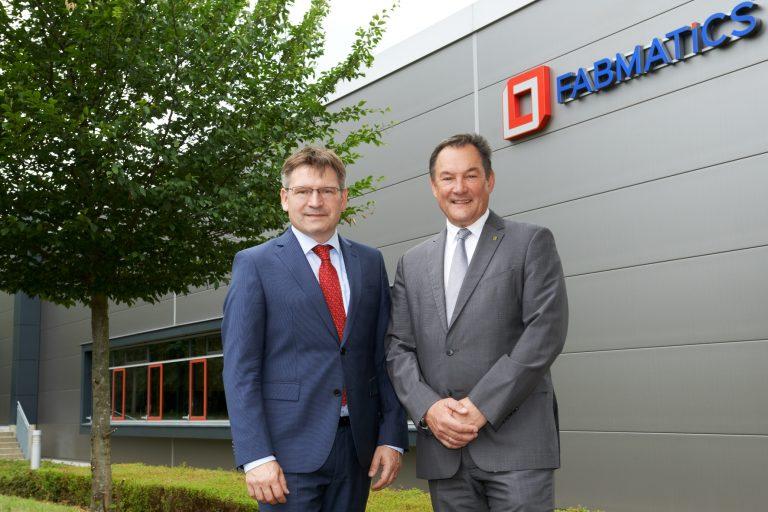 Geschäftsführer Heinz Martin Esser und Dr. Roland Giesen vor dem Firmengebäude von Fabmatics