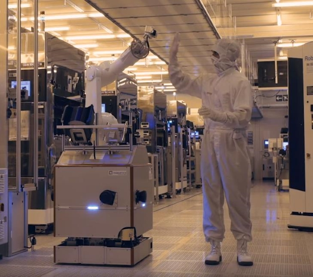 #LikeABosch IoT-Hero Shawn in the clean room at Bosch, gives the mobile robot Hero Fab from Fabmatics a high five.