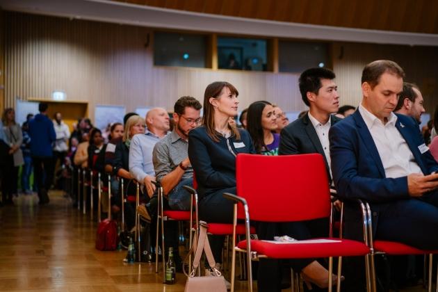 Foto vom Publikum. Zusehen von Fabmatics sind Kathrin Kammer - Head of Marketing, Martin Däumler - Head of Mobile Robotics und Jialiang Yin, Granduand (zweite Stuhlreihe v.l.n.r.)