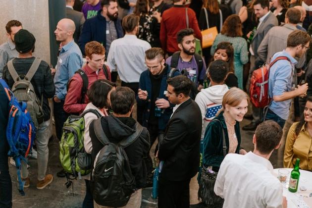 Foto mit jungen, internationalen Fachkräften und Unternehmen beim Austausch/Netzwerken
