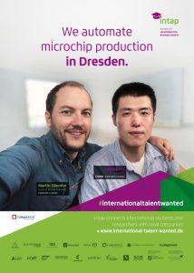 Busplakat fuer Dresden BVD - Martin Däumler (Head of Mobile Robotics,Fabmatics) und Jialiang Yin (Granduand, Fabmatics) in Selfie Pose für das Kampagnenmotiv der #internationaltalentwanted Kampagne von intap