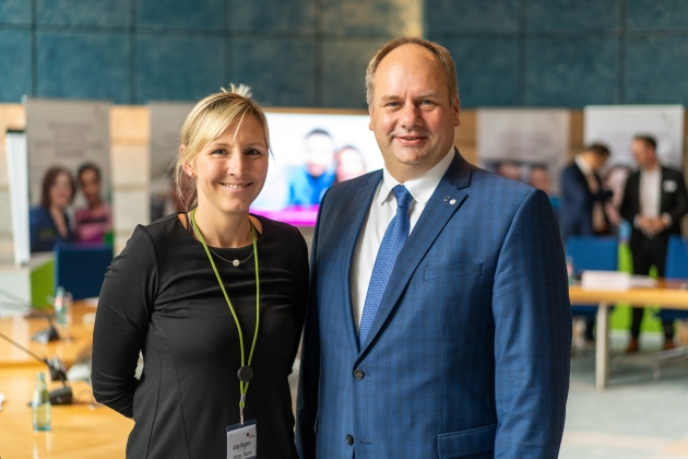 A picture of Anke Wagner, Managing Director Scientists into Business and Dirk Hilbert, Lord Mayor of the State Capital Dresden after press release in planary hall.